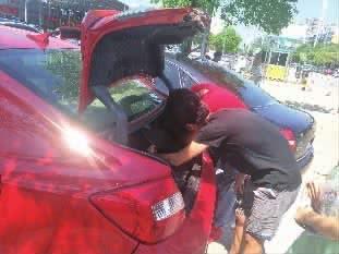 7月10日,雷蕾将本田二手车开到市场与车行协商退车。 胡锐 摄