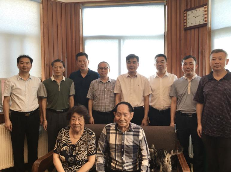 8月27日,湖南省农科院工作人员向 90 岁的袁隆平院士送上生日的祝福。图 / 受访者提供