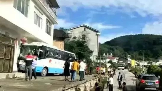 常德一大客车制动失效撞上民房 所幸无人员伤亡