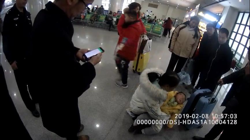 岳阳东火车站候车室,2岁幼儿因高热突发晕厥,不省人事。 本文图片 长沙铁路公安处提供