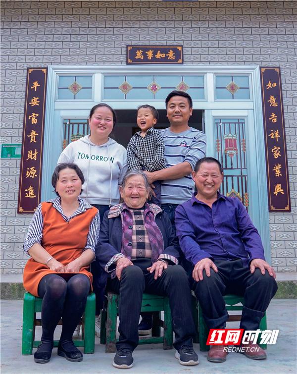 王美绒一家子第一次拍全家福。