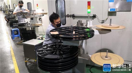 ↑工人在深圳长盈精密技术股份有限公司电子产品生产线上作业(3月2日手机拍摄)。新华社记者 周科 摄