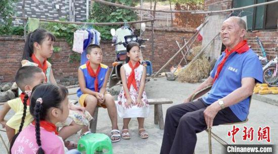 孩子们听老人讲那段不可磨灭的烽火岁月。 双牌县宣传部供图