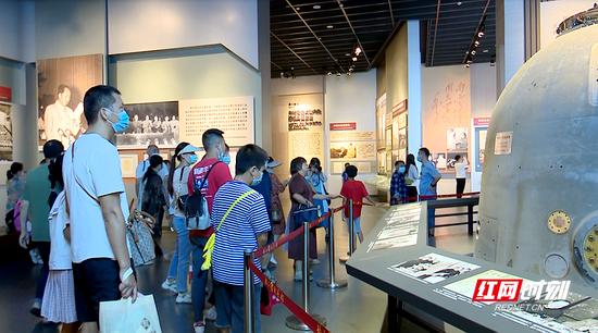 在毛泽东同志纪念馆内,游客参观神舟十号返回舱