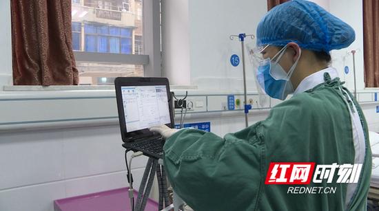 捐赠的DMS心电信息系统,可以在隔离区外监控,并实现远程会诊。