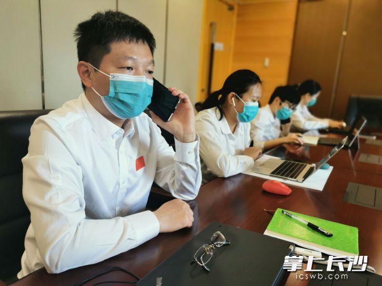 专家组为侨胞答疑解惑,帮助他们提升防疫能力。通讯员 张玉 摄