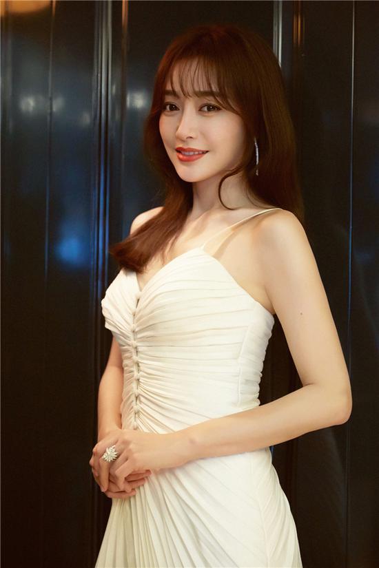 秦岚白色吊带裙仙气十足 新发型空气刘海儿获赞图片