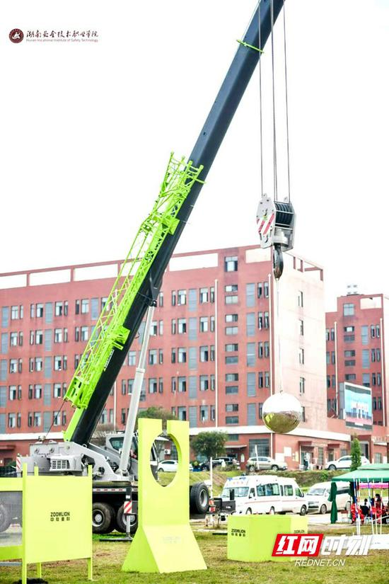 大型吊车吊铁球。