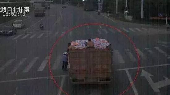 监控拍下执法者被货车拖行。