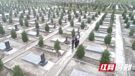 烈士杜三元的家属来到亲人的安葬之地。吕伊晗/摄