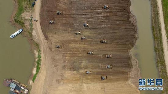 2018年6月15日,沅江市南洞庭湖下塞湖矮围集中拆除专项整治行动施工现场(无人机拍摄)。 新华网 资料图