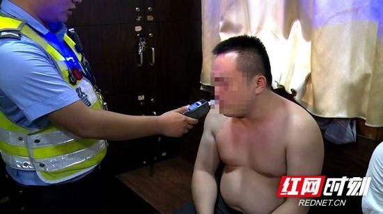 当晚,湘潭雨湖、岳塘交警大队共出动警力235人,查处酒驾10起,醉驾4起。