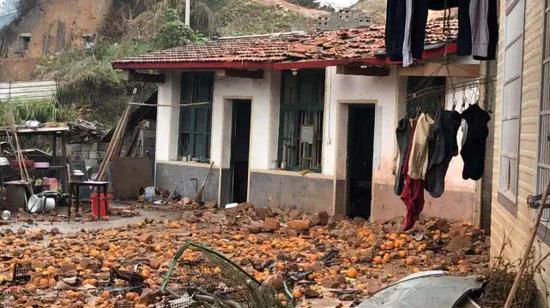 事发高架桥下房屋被砸,地面散落石块、橘子及杂物。新京报记者 王昆鹏 摄