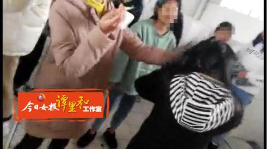 女生被喊到厕所内暴打。