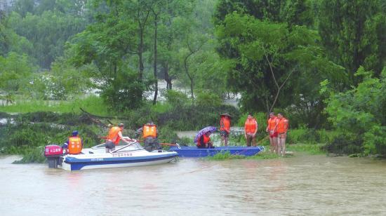 6月24日,邵阳市洞口县醪田镇大波村,消防救援人员救出被困沙洲孤岛的两位老人。 组图/受访者提供