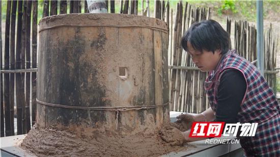 王美绒用泥巴将灶体封死。