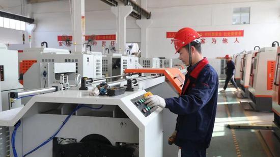 ▲技术人员在测试机器