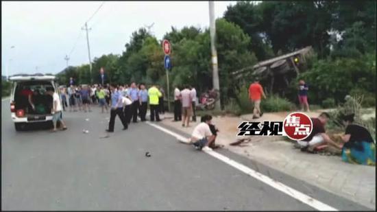 车祸发生后,附近的热心居民赶紧凑上去将小孩抱了起来,并拨打120送医救治。