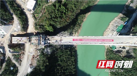 该桥原设计为等跨桥梁,桥墩位于澧水河中。 刘昱廷 周茜子 摄