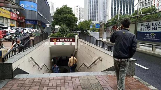 ▲事发点对面的地下通道入口