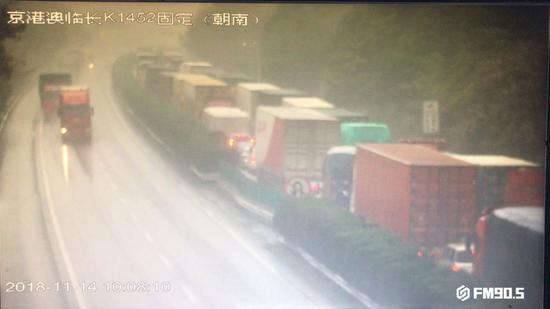 △货车追尾路段,车辆已经排队。