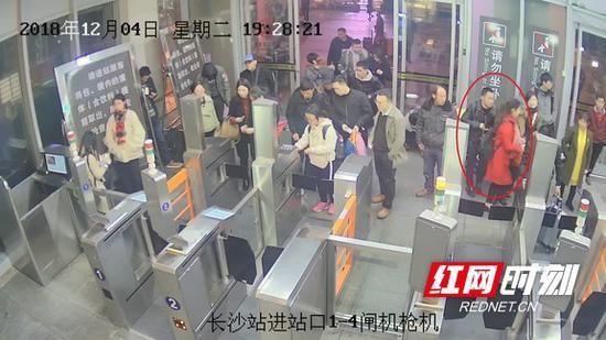 监控记录男子盗窃瞬间(视频截图)。