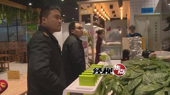 而在另一家制作火锅米线的门店内,对食品安全的相关要求,店员是一问三不知。