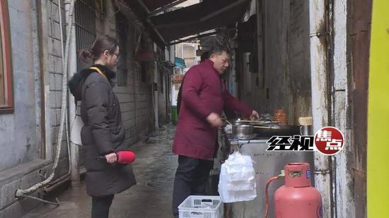 张女士提出臭豆腐有质量问题,老板却不以为然。称臭豆腐掉色是属于正常现象。