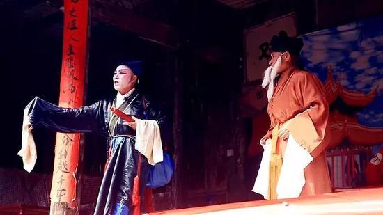 庙下古村演员在戏台上表演。图|欧阳常海