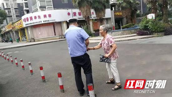 蒸湘交警大队协警送老人回家。