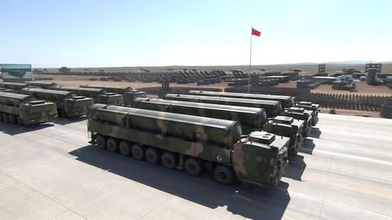 庆祝中国人民解放军建军90周年阅兵时展示的东风-31AG洲际导弹,可在野外无依托发射,大大增强了导弹的野外生存能力。