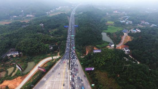 10月6日下午4点,长沙西收费站,出城车辆比进城车辆多。图/记者金林