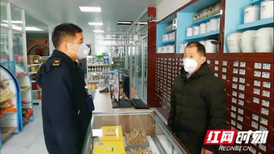 1月29日,邓革来(左)在辖区内的药店巡查。