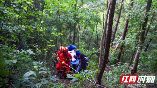 消防指战员用绳索搭建了两条救援通道,接力运送被困人员。