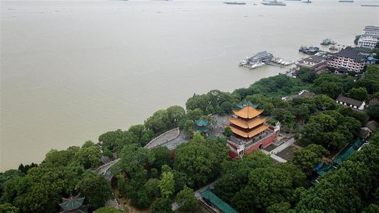 7月13日拍摄岳阳楼景区,旁边的洞庭湖处于超警戒水位状态(无人机照片)。 新华社记者 陈泽国 摄