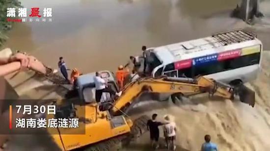 洪水中男子用挖掘机挡住客车救下14人: 心跳到嗓子眼儿了