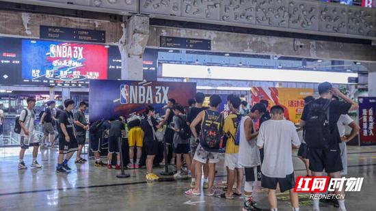 NBA篮球公园魔方店聚集了熙熙攘攘的人群。
