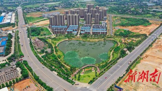(7月24日,湘潭市岳塘区,竹埠港老工业区重点建设项目荪湖生态公园绿意盎然。湖南日报·新湖南客户端记者 辜鹏博 摄)
