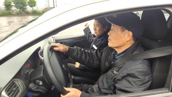 4 月 3 日,株洲市石峰区,80 岁的徐德松老人正在学车。图 / 王国光