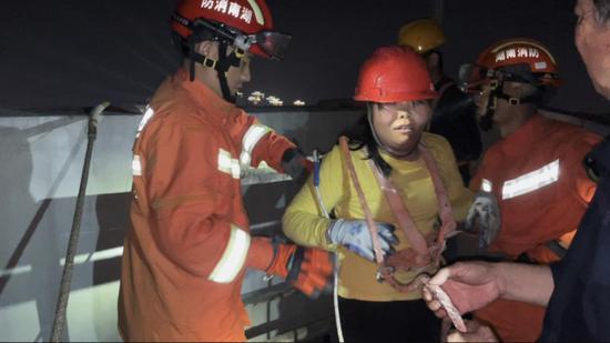 吊篮在百米高空摇晃,里面有两名被困工人!郴州消防紧急营救