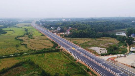 航拍新建成的S210公路。 胡清 摄