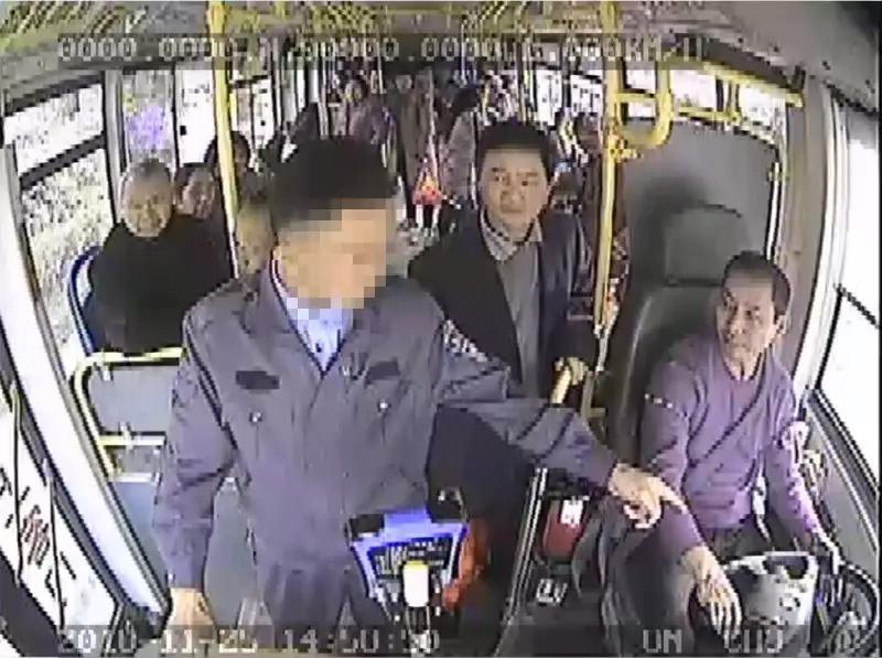 公交监控截图(中间男子正在劝阻)