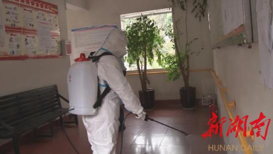 (2月25日,怀化洪江区疾控中心组织人员对该区福利院开展进行全面消毒灭工作。)
