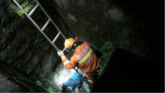 女子与丈夫吵架后步行下高速不慎掉入深井,消防员摸黑救人