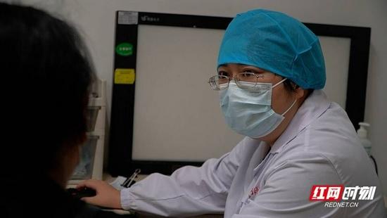 中南大学湘雅医院呼吸与危重症医学科副主任李敏在呼吸内科门诊接诊患者