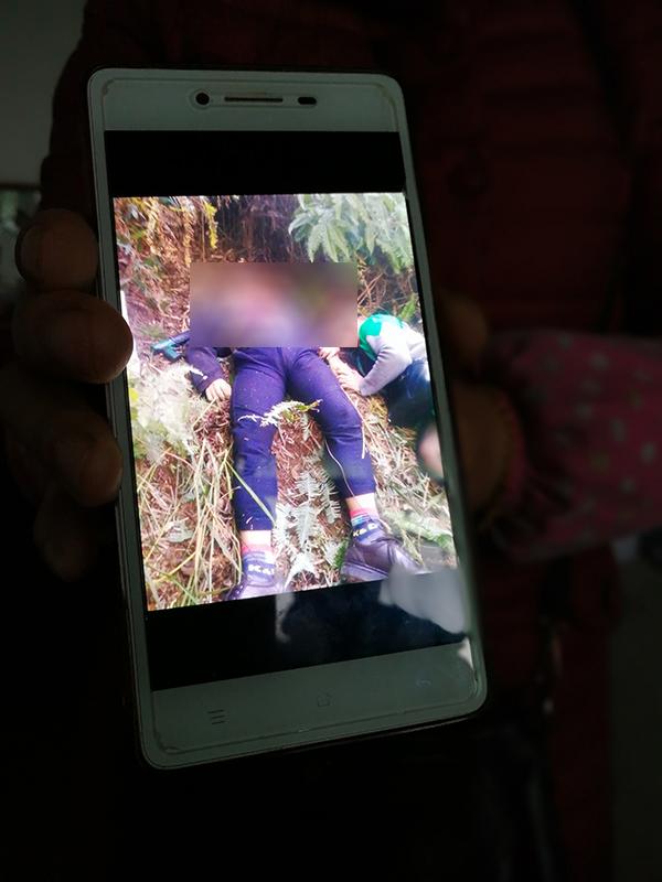 颜昌勇的亲属出示用手机拍摄的现场图片。 澎湃新闻记者朱远祥 图