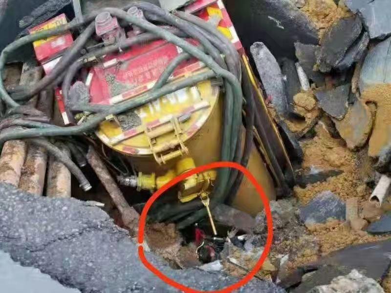 清污车掉入坑洞中,可看到一名男子头部。家属供图