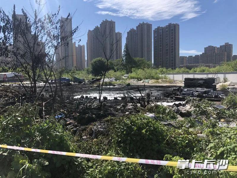起火现场被封锁,泡沫等废品被烧光。