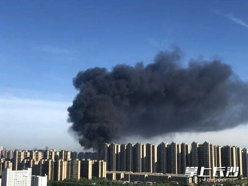 火灾发生后,冒出黑色滚滚浓烟。图片均为长沙晚报全媒体记者 刘琦 摄