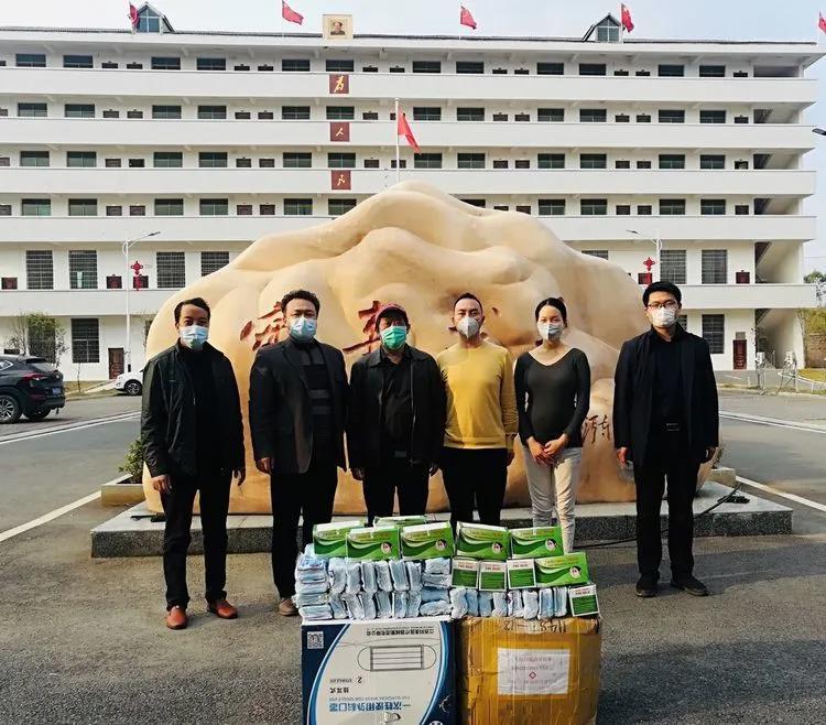 """2月25日,第二站,祁东县风石堰镇政府,为抗""""疫""""一线工作人员和复工复产企业捐送口罩。"""
